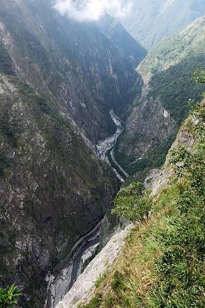 斷崖步道上俯瞰太魯閣峽谷