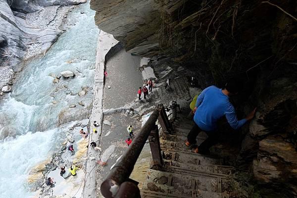 下攀陡峭的石階路