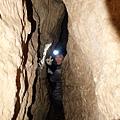從入口看減肥洞往下深入越來越狹窄
