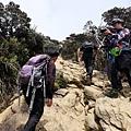 13:11 登巨岩陡坡