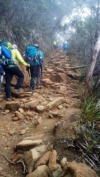 繼續陡坡爬升