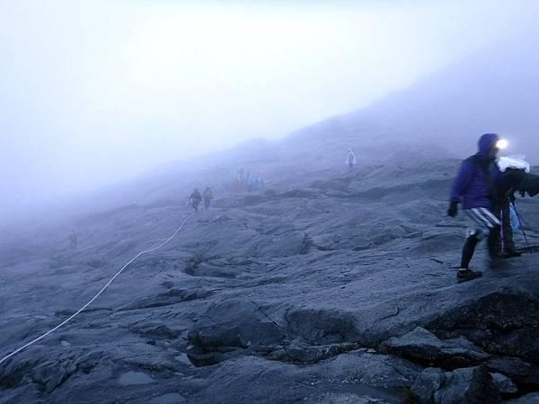 攻頂前亂石陡坡