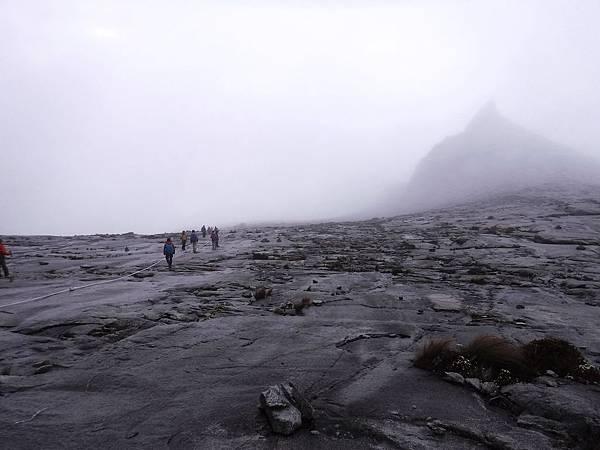 灰色花崗岩面上雲霧瀰漫