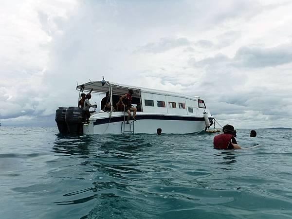 搭船出海體驗浮潛