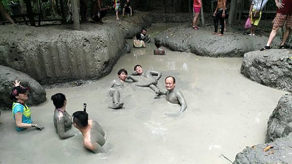 體驗火山泥漿浴