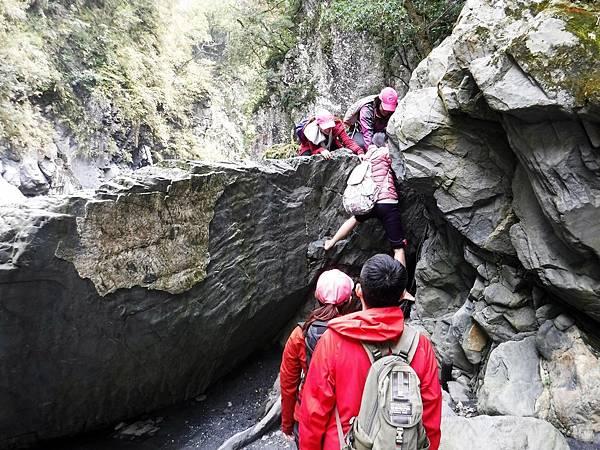 攀越巨石岩牆