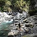 傍著溪流繼續溯水而上