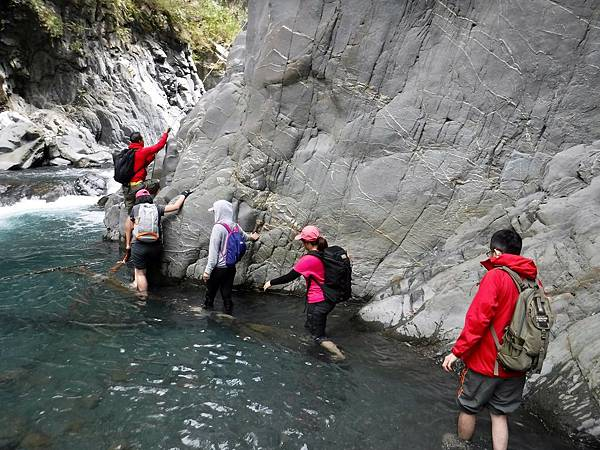 開始涉水攀岩