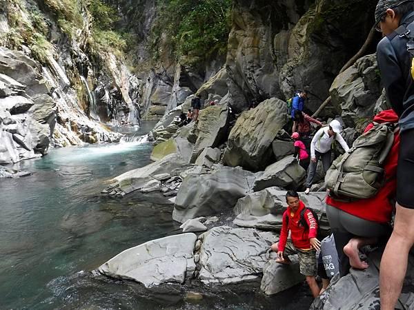 溯溪涉水攀岩前往栗松溫泉途中
