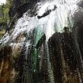 灑下美麗的溫泉瀑布