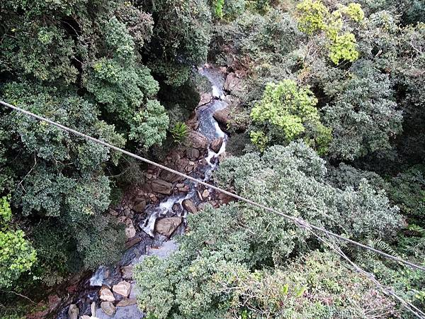 瓦拉米吊橋上俯瞰黃麻溪支流