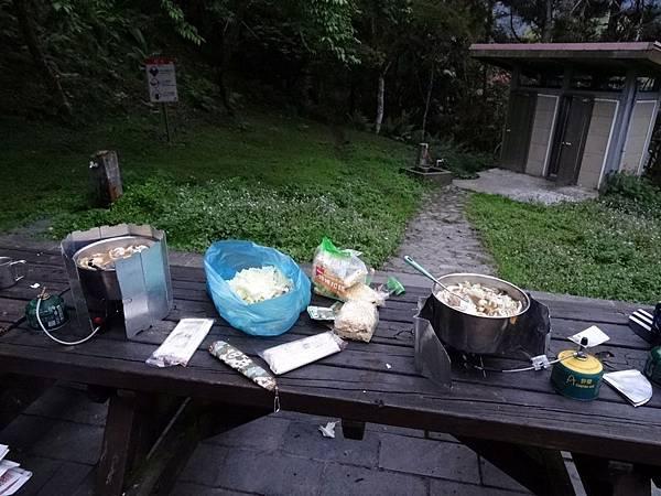 瓦拉米山屋後方有桌椅、洗手台、廁所