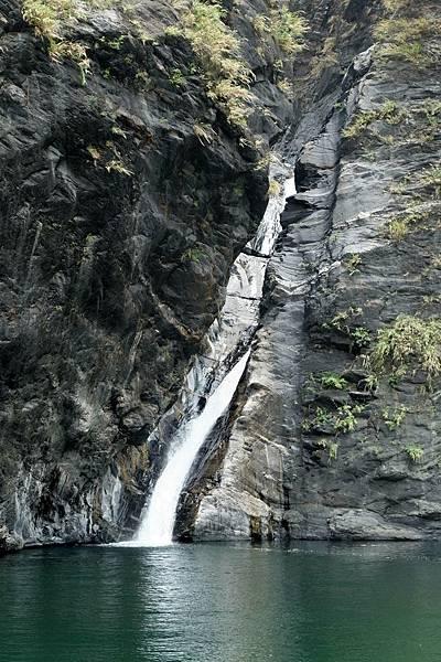 獅王瀑布流水傾瀉而下