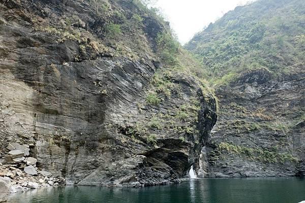 瀑布旁山好像一顆獅頭