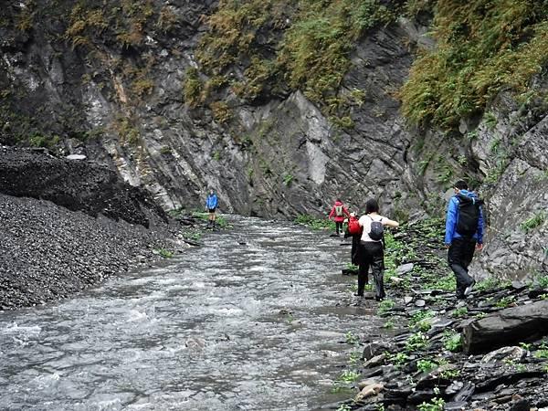 沿溪流走進去