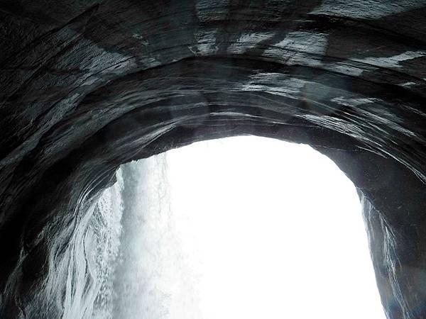 飛龍瀑布水落後方小空間仰望