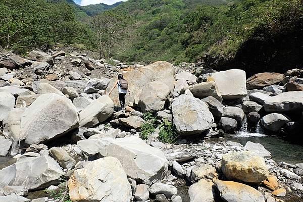 開始溯溪徒步攀行河床