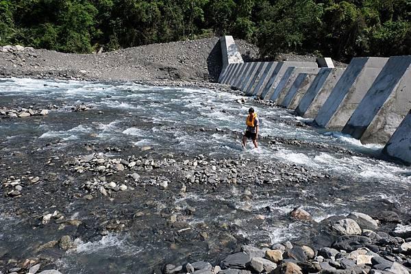 溯越拉克斯溪第二座攔砂壩