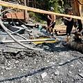 開挖設施和黃色溫泉頭
