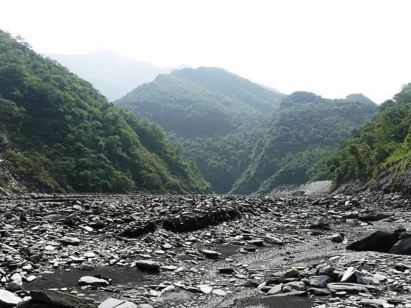 溫泉溪河床往上游方向