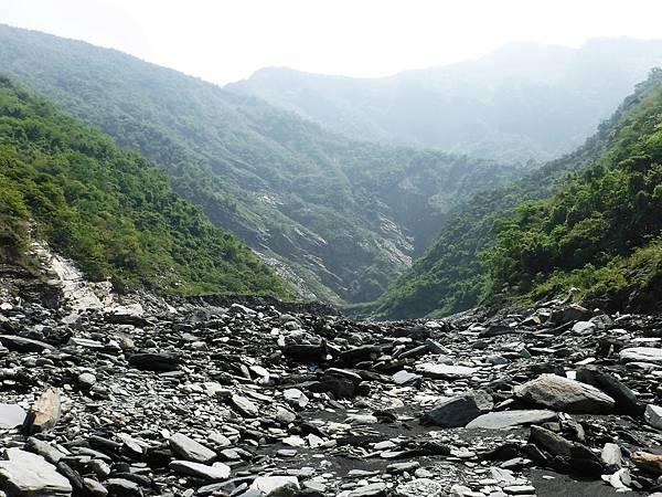 徒步溯溪河床一景