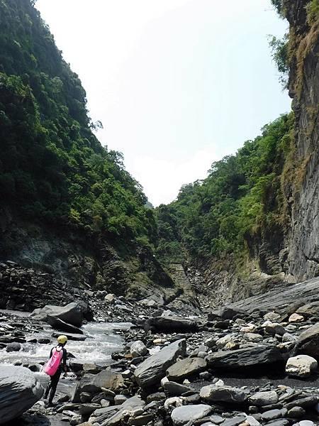 溪寬漸縮、峽壁漸高