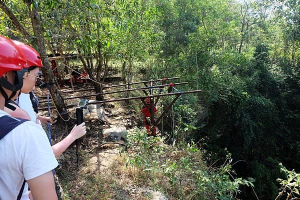 準備垂降進入Jomblang Cave