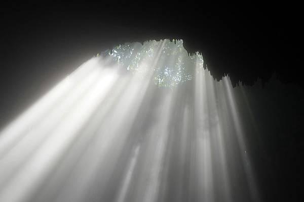 美麗天光從頂端洞穴口射入