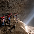 Grubug Cave邊緣的斷崖岩架