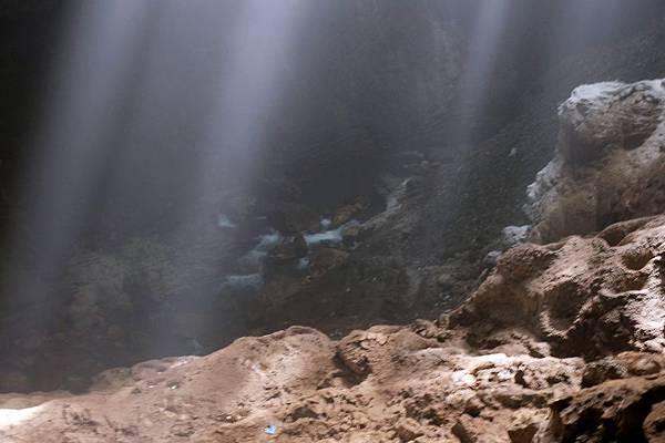 俯瞰Grubug Cave地下河流