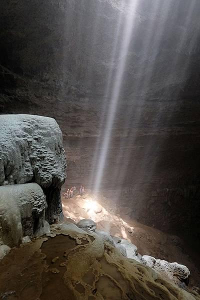 光柱筆直落入洞穴彼端
