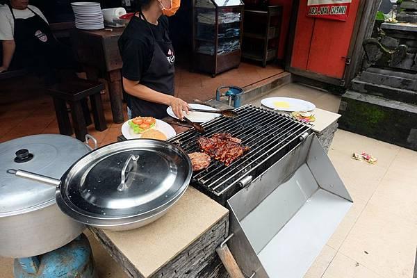 在大門口直接烤肉