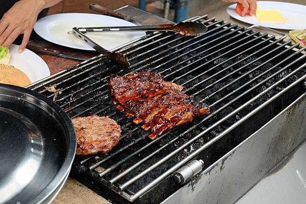 烤架上的烤豬肋排