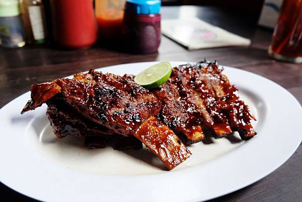 Nuri's Mexican Bar & Grill烤豬肋排上桌