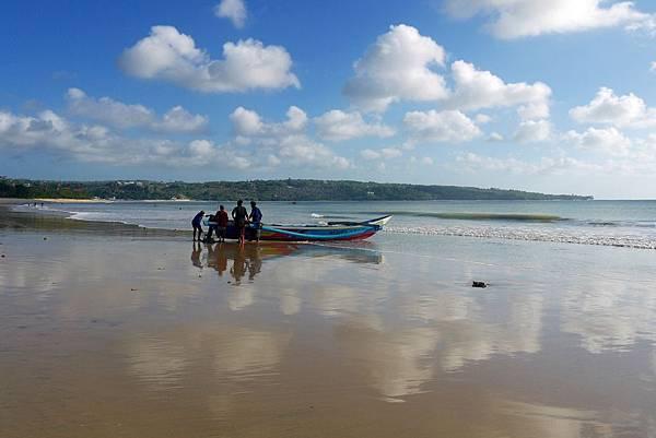 海灘倒映藍天白雲