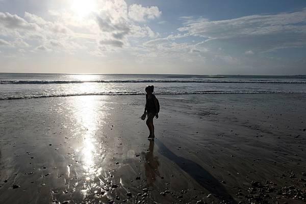 沙灘上流連的剪影