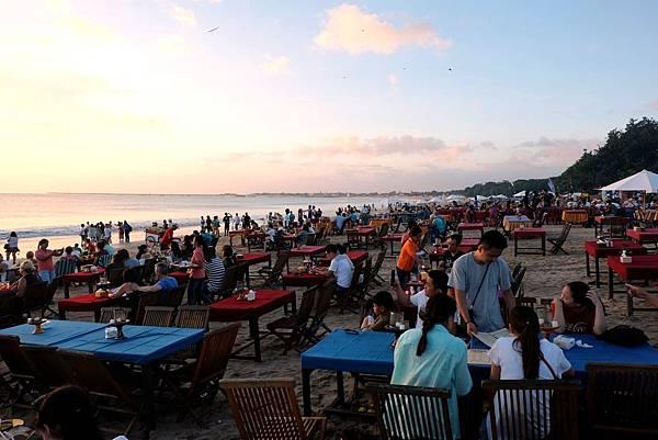 沙灘露天餐廳人群