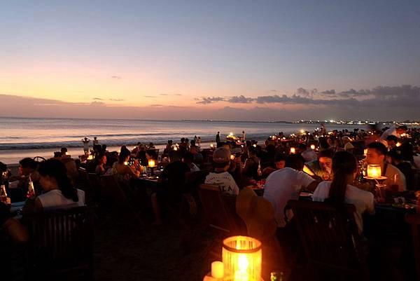 等待夜色降臨的金巴蘭海灘