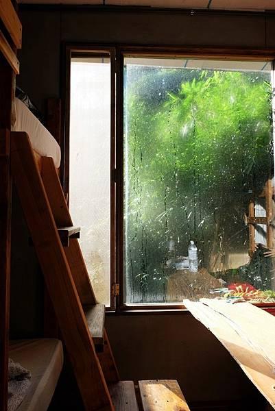 落地窗上的晨曦與露水