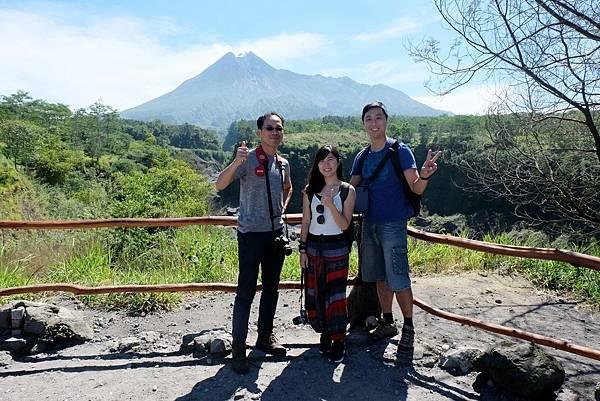 默拉皮火山合影