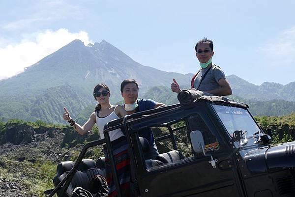 吉普車上與默拉皮火山合影