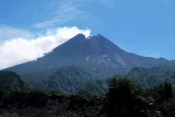 近距離欣賞默拉皮火山