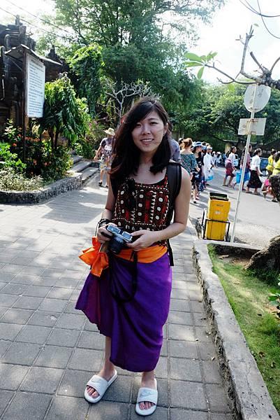 進入烏魯瓦圖神廟記得須穿上布裙與腰帶