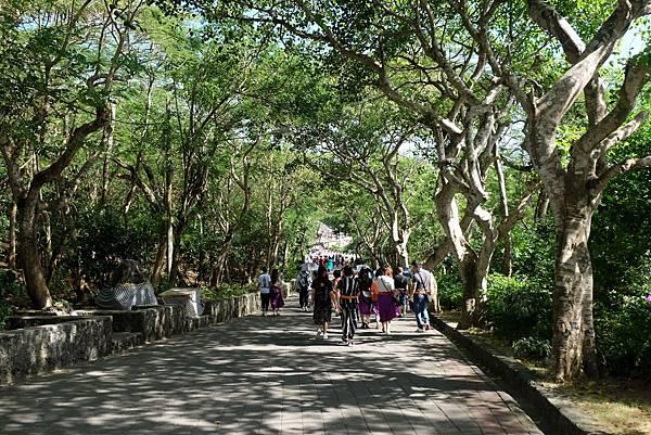 前往烏魯瓦圖神廟