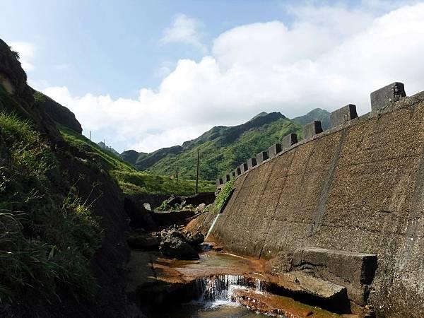 半屏溪河道爬上堤防進入廠區