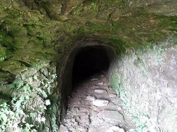 小山洞為人工開鑿