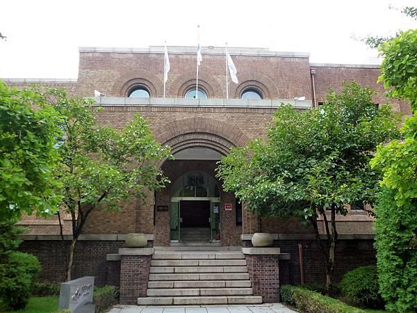 京城帝大法文學部本館(昔)正面