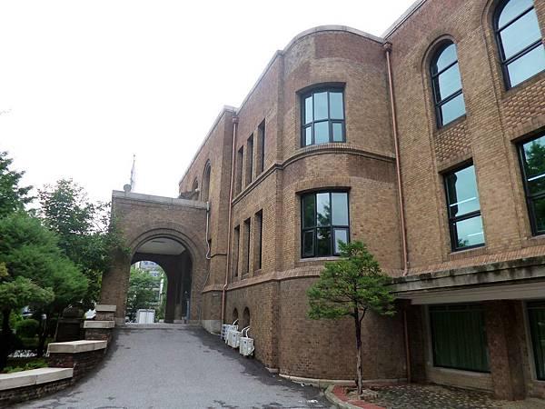 京城帝大法文學部本館(昔)車道