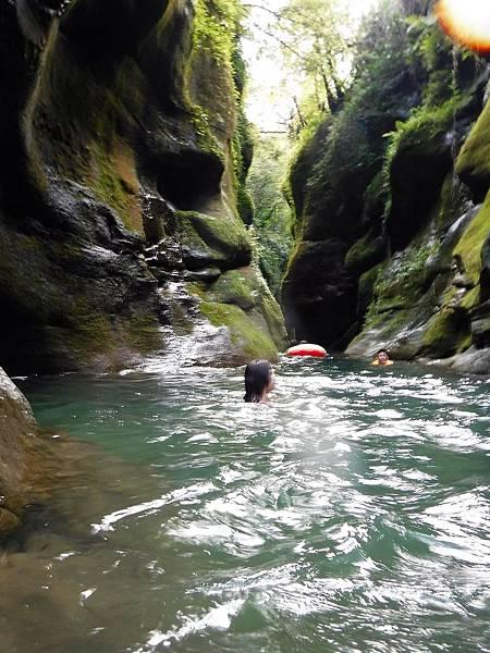 游入蚯蚓坑峽谷