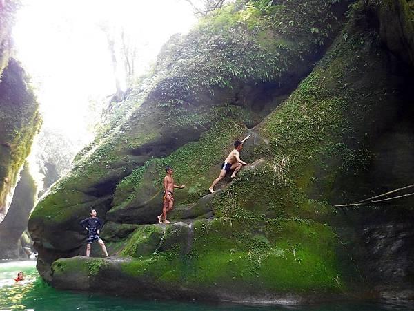 攀上岩壁玩跳水